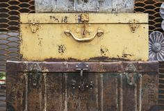Metal ośniedziałe walizki - rocznik dekoracja dla wnętrza lub ogródu zdjęcia stock