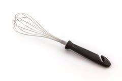 Metal o batedor de ovos para chicotear ovos no fundo branco Fotografia de Stock
