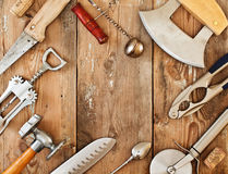 Metal o cookware e os acessórios em uma tabela de madeira Fotografia de Stock