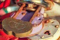Metal o fechamento sob a forma de dois corações que penduram em uma ponte Fotos de Stock Royalty Free
