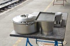 Metal o potenciômetro e a cubeta para o alimento no estação de caminhos-de-ferro, Índia Fotografia de Stock Royalty Free