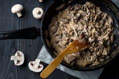 Metal o stroganoff do frigideira em um grosso com cogumelos Imagem de Stock Royalty Free