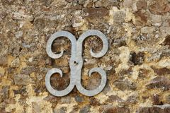 Metal o suporte de junta da fixação da parede na parede de pedra Imagens de Stock Royalty Free