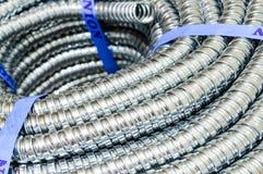 Metal ochrony kablowego przewodu elektryczna linia. Zdjęcia Stock