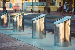 Metal os escaninhos Waste, baldes do lixo para o desperdício separado fotografia de stock