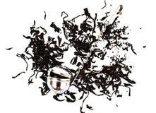 Metal a peneira para as folhas de chá do chá em um fundo branco fotografia de stock