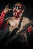 Metal pesado. Estrela do rock que joga só na guitarra Imagens de Stock