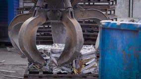 Metal a pilha de levantamento do grabber de lixo comprimido para a reciclagem futura video estoque