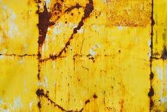 Metal pintado amarelo com textura da oxidação imagem de stock