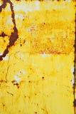 Metal pintado amarelo com textura da oxidação imagens de stock