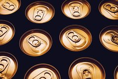 Metal piwnych puszek tła czerni złocisty rząd obraz royalty free