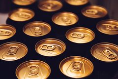 Metal piwnych puszek tła czerni złoto zdjęcia stock