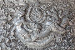Metal plateado hecho a mano del estilo tailandés tradicional que talla en la pared Imagen de archivo