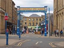 metal plenerowa brama Huddersfield rynku otwartego teren i budynek w byram ulicie z sklepów pedestrians i kramami zdjęcia royalty free