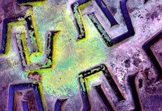 Metal pokrywy szczegół z żółtą farby plamą zdjęcia royalty free
