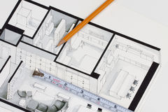 Metal pomiarowa taśma i ostrze ołówek na autentycznym artystycznym inspiruje podłogowego planu domu rozpadamy się symbolizować ha obraz stock