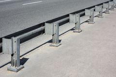 Metal poręczówka na asfaltowym moscie Zdjęcia Stock
