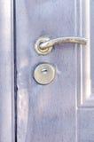 Metal a porta com traços de roubo com fechamento e puxador da porta fotos de stock royalty free