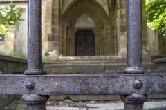 Metal a porta na frente de uma igreja velha em Romênia Foto de Stock Royalty Free