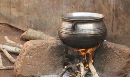 Metal que cocina la caldera sobre el fuego de madera Imagenes de archivo