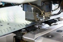 Metal que perfura a máquina industrial Fotos de Stock Royalty Free