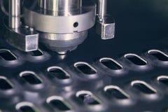 Metal que perfura a máquina industrial Imagens de Stock