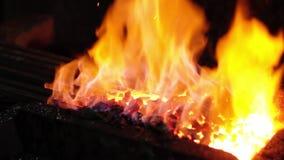Metal quente em um ferreiro Forge filme