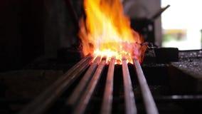 Metal quente em um ferreiro Forge vídeos de arquivo