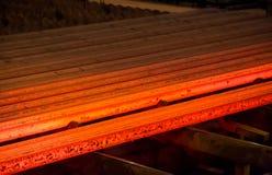 Metal quente, vermelho em um fundo escuro manufatura aço fotos de stock royalty free