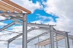 Metal rama nowy budynek przeciw niebieskiemu niebu z chmurami zdjęcie royalty free