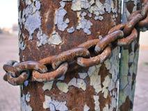 Metal rdzy łańcuch wokoło filaru, abstrakcjonistyczny grunge tło zdjęcia stock