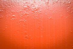 Metal rojo pintado con las rayas de la suciedad imagenes de archivo