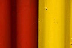 Metal rojo y amarillo del extracto coloreado del hierro fotografía de archivo