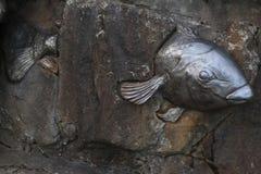 Metal ryba przez zacementowanej ściany Obrazy Stock