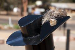 Metal rzeźba ciamajda kapelusz z emu piórkiem przy wojennym pomnikiem projektującym i tworzącym t zdjęcia royalty free