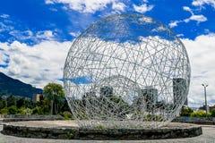 Metal sfery rzeźba w parkowych Quito Ekwador południe obrazy royalty free