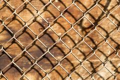 Metal siatka na drewnianym tle Obrazy Royalty Free