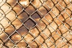 Metal siatka na drewnianym tle Fotografia Royalty Free
