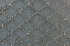 Metal siatka na szarej ścianie z obieranie farbą Poj?cie ograniczenie wolno?? zdjęcia stock