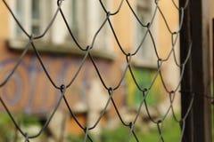 Metal siatki ogrodzenia czerepu przedpole I graffiti tła Ścienny miasto Sofia Bułgaria fotografia royalty free