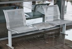 Metal siatki siedzenia przy dworcem zdjęcie stock