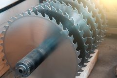 Metal srebna kurenda zobaczył ostrza dla drewnianej pracy jako przemysłowy narzędziowy tło obraz stock