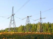 Metal Stützstromleitungen gegen den blauen Himmel Lizenzfreie Stockfotografie