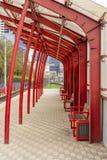 Metal struktury z szkłem przy transportem publicznym zatrzymują obraz stock