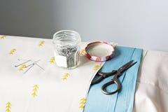 Metal szpilki, nożyce, szklany słój obrazy royalty free