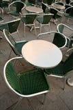 Metal Tabelle im leeren Straßenkaffee Stockbild