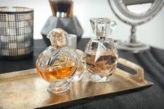 Metal taca z pachnidło butelkami obraz stock
