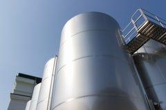 Metal technologii kolumna na tle jaskrawy niebieskie niebo Obrazy Stock
