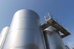 Metal technologii kolumna na tle jaskrawy niebieskie niebo Obrazy Royalty Free