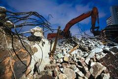 Metal torcido com uma máquina escavadora na noite Imagens de Stock